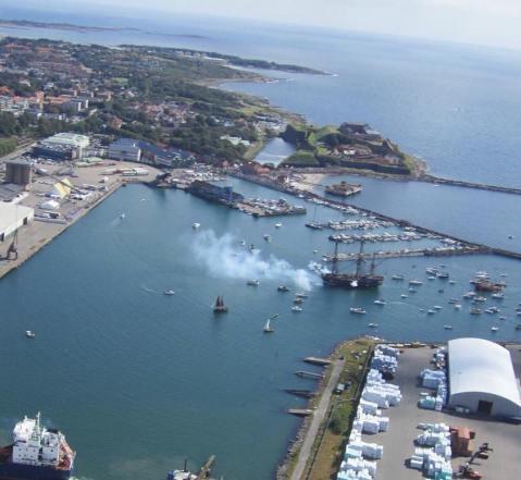 Göteborg arriving in Varberg Harbour with cannons firing - Foto Varbergs Flygklubb